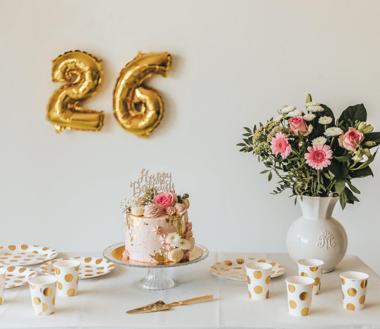 table d'anniversaire, bouquet de fleurs, roses, gâteau, anniversaire, Hema.
