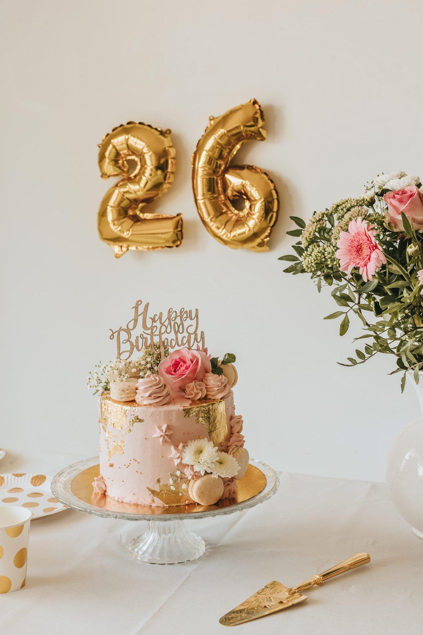 table, anniversaire, décoration, ballon hélium, nombres, dorés, bouquet de fleurs, gâteau d'anniversaire.