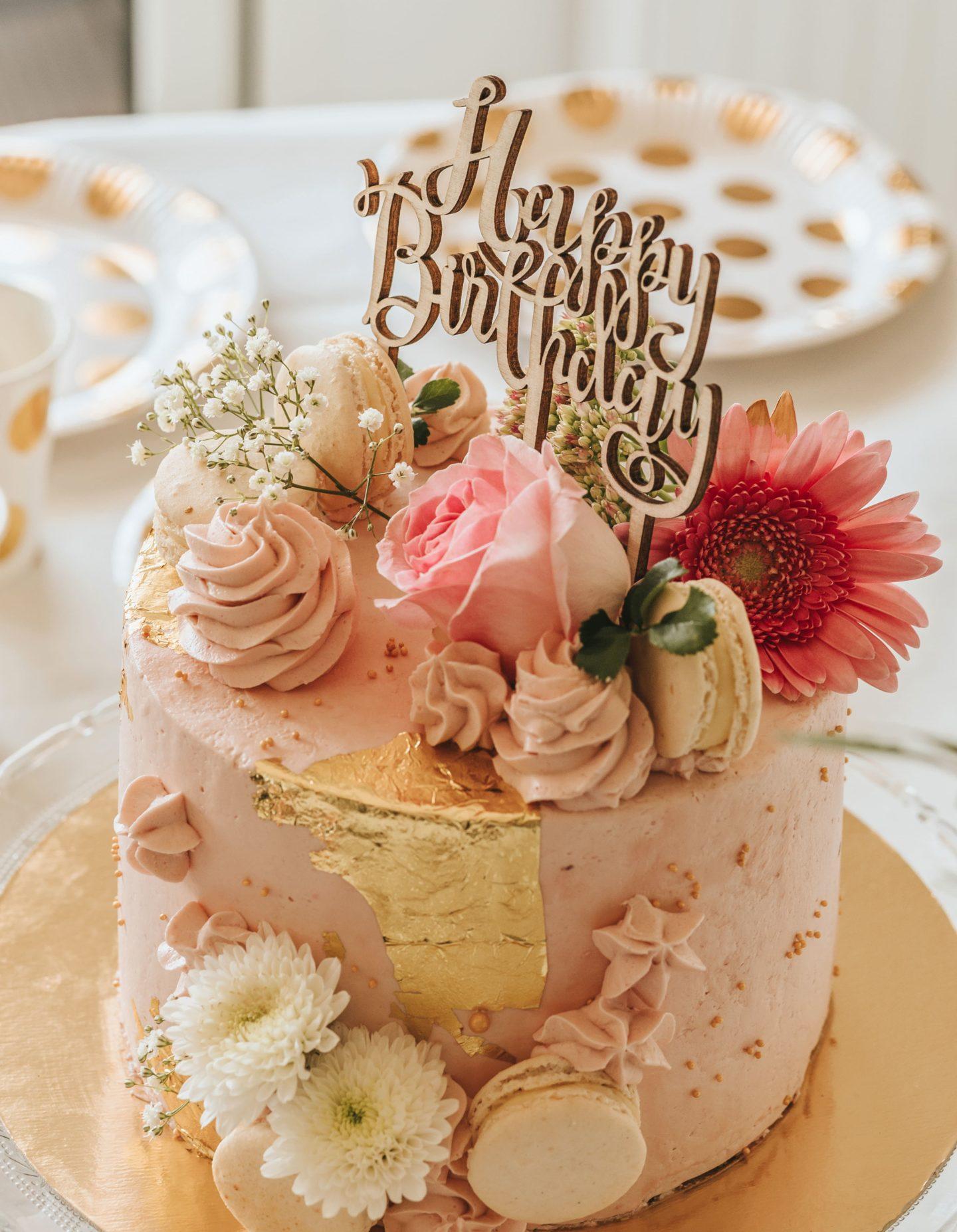 décoration, assiette Hema, pois dorés, gâteau, Happy Birthday, joyeux anniversaire, fleurs.