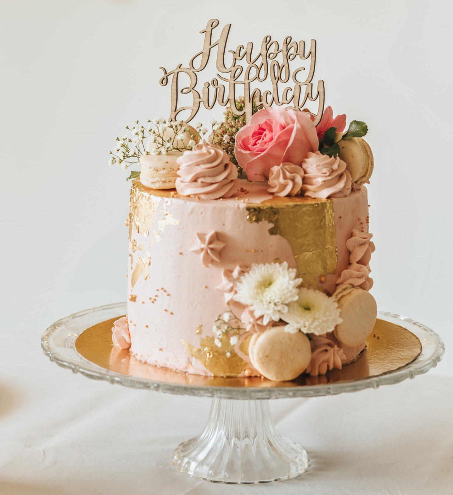 gâteau d'anniversaire pastel, Pinterest, happy birthday, décoration, fleurs, tendance.