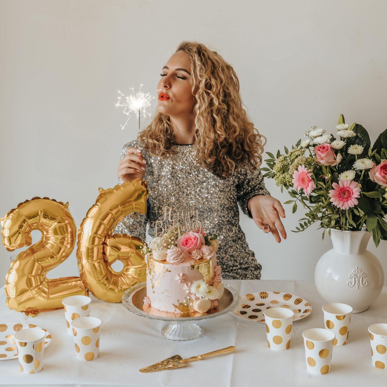 Table, anniversaire, gâteau tendance, Hema, décoration, bouquet de fleurs.