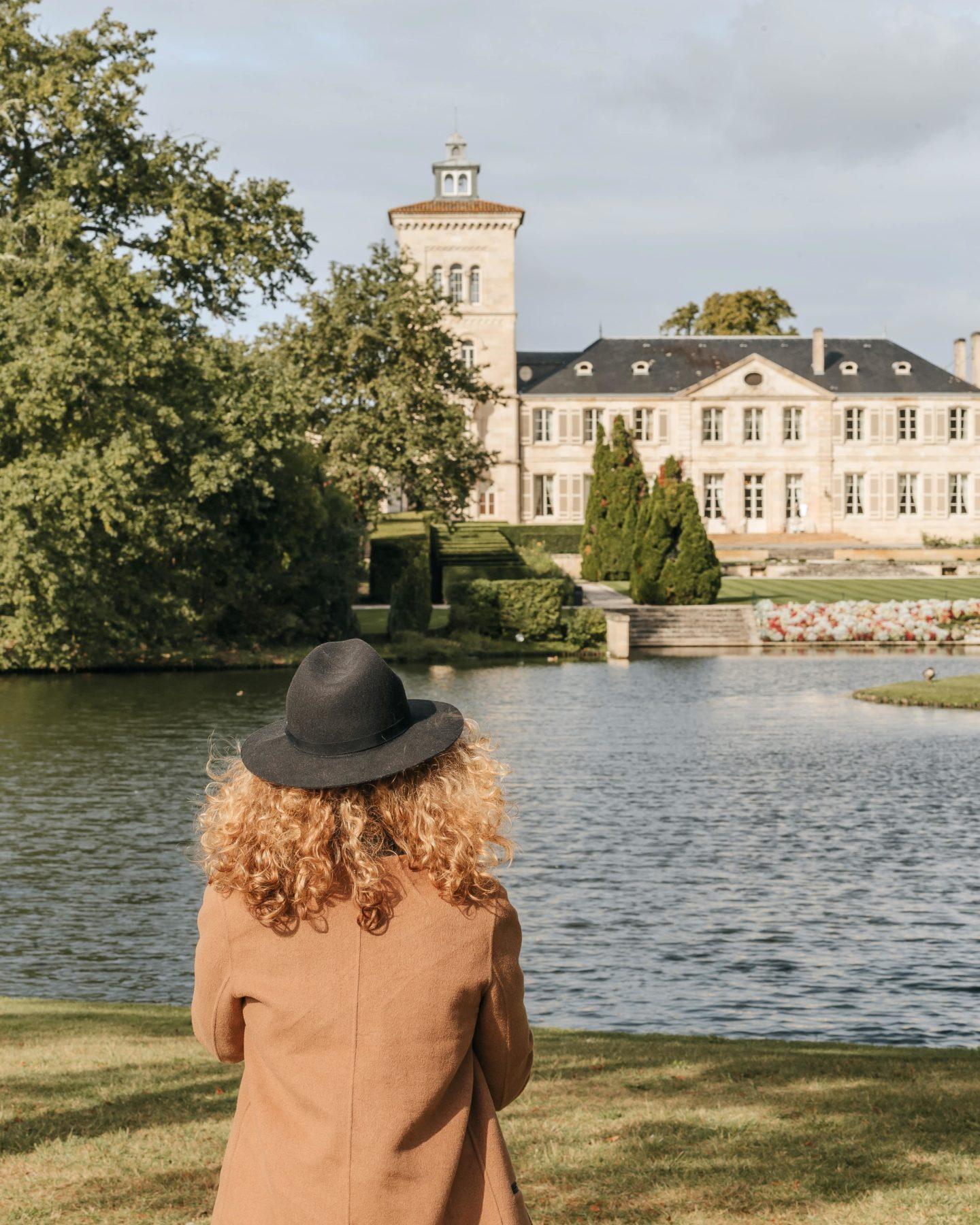 vue du Château Lagrange depuis le lac, jardin, parc.