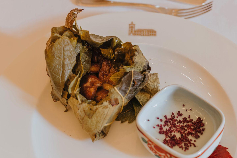 gastronomie, médoc, Feuille de vigne farcie aux cèpes grillés, sel au vin rouge.